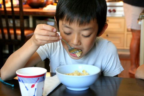 Tovo Liu eats mac `n cheese