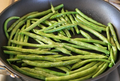 Sweet and Savory Thanksgiving Green Beans on the blog Shockingly Delicious