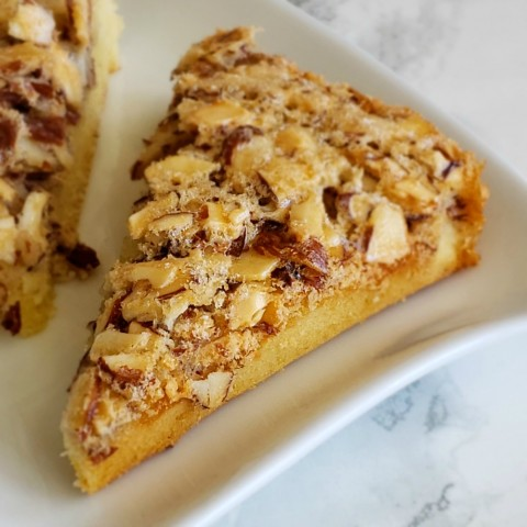SWEDISH VISITING CAKE BARS are for all the almond lovers out there -- a mashup of crisp almond-meringue topping and chewy almond-scented cake.